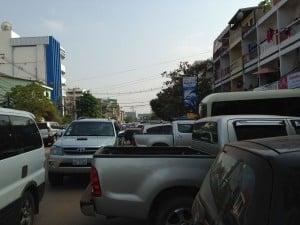 ラオスの首都ビエンチャンは、信号や駐車場がほとんどなく、道路は混沌状態です。 photo by Yoshimi Matsuo