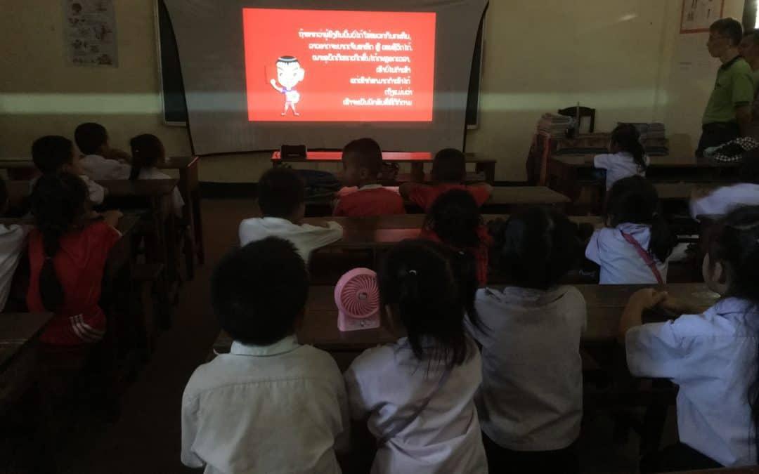 ビエンチャンの学校を訪問し交通安全教育ビデオを上映しました。